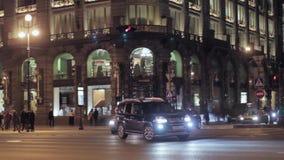 Mening van het bedrijfhuis van hoekzinger in Heilige Petersburg in nacht Zeepbel stock footage