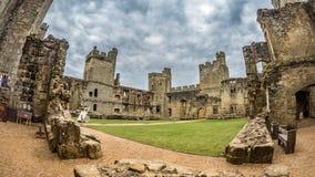 Mening van het binnenland van de ruïnes van een middeleeuws kasteel stock foto's