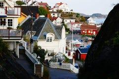 Mening van het centrum Kragero en rotsachtig eiland, Noorwegen Stock Fotografie