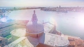 Mening van het dak van Heilige George Church bij het kanaal van Venetië en oriëntatiepunten, tijd-tijdspanne stock footage
