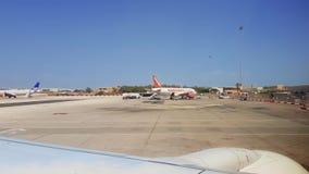 Mening van het de Luchthavenmla tarmac van Malta de Internationale met aan de grond gezete vliegtuigen stock video