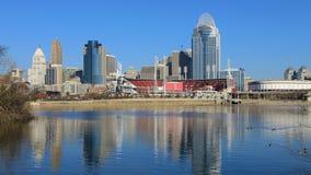 Mening van het de stadscentrum van Cincinnati met de Rivier van Ohio vooraan stock foto