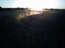 Mening van het de vogeloog van de hommelvlucht de lucht van tractor maaiend gras op mooi groen gebied en blauwe hemellandbouwer a Stock Afbeeldingen