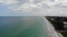 Mening van het de watervogelsoog van Florida de duidelijke blauwe, zandige strandenhommel stad â⠂¬â€ ¹ â⠂¬â€ ¹ op het stran stock afbeeldingen