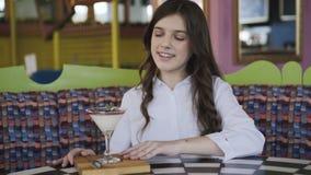 Mening van het dienen van gelei voor gelukkig, jong en zeker meisje in koffie 4K stock videobeelden