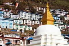 Mening van het dorp, de bouw en stupa van Namche Bazar stock afbeeldingen