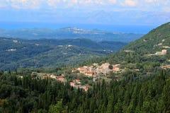 Mening van het dorp in een bergvallei Bergmening en overzeese mening Ionische overzees en Paleokastritsa Stock Afbeelding