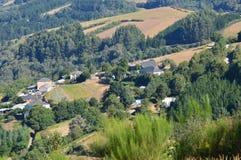 Mening van het Dorp van Rebedul vanaf de Bovenkant van de Weiden van de Bergen van Galicië De Aard van reisbloemen royalty-vrije stock afbeeldingen