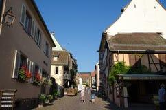 Mening van het dorp Riquewihr in de Elzas in Frankrijk Stock Fotografie