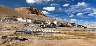 Mening van het dorp van Korzok of Karzok-en klooster, Ladakh stock fotografie