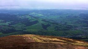 Mening van het dorp vanaf de bergbovenkant van de Karpatische Bergen, aard in de bergen Stock Foto's