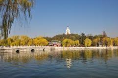 Mening van het eiland in Beihai-Park Stock Fotografie