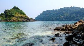 Mening van het eiland met overzees in Krabi, zuidelijk Thailand Stock Foto's