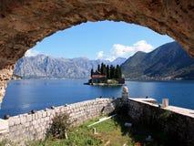 Mening van het eiland van St George dichtbij de kleine toevluchtstad van Perast op Adriatische coas Stock Afbeeldingen