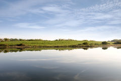 Heldere bewolkte mening over het estuarium Shannon royalty-vrije stock foto