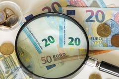 Mening van het Europese geld/Euro onder het vergrootglas Stock Foto