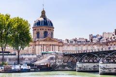 Mening van het Franse Instituut Academie Francaise en Kunstenbrug royalty-vrije stock afbeelding