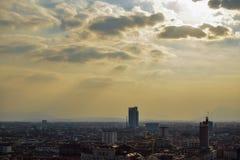 Mening van het geheel van een stad van de hoogten die de straten en de vierkanten in perspectief naast de wolken en sommige stral Royalty-vrije Stock Afbeelding