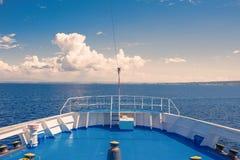 Mening van het Griekse eiland en de kleine jachten van de schipveerboot Royalty-vrije Stock Afbeeldingen