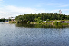 Mening van het het meer en de stadsrecreatiepark van Semenovsky moermansk Royalty-vrije Stock Fotografie