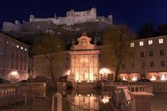 Mening van het historische stadscentrum bij nacht Salzburg, Oostenrijk stock afbeelding