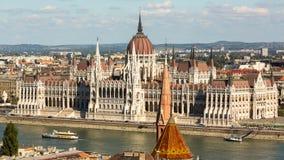 Mening van het Hongaarse Parlement die op de bank van de Donau in Boedapest voortbouwen Royalty-vrije Stock Afbeeldingen