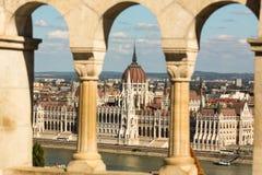 Mening van het Hongaarse Parlement die op de bank van de Donau in Boedapest voortbouwen Royalty-vrije Stock Fotografie