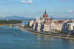 Mening van het Hongaarse Parlement die op de bank van de Donau in Boedapest voortbouwen Stock Fotografie