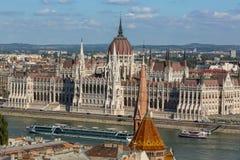 Mening van het Hongaarse Parlement die op de bank van de Donau in Boedapest voortbouwen Royalty-vrije Stock Foto's