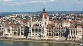 Mening van het Hongaarse Parlement die op de bank van de Donau in Boedapest voortbouwen Stock Foto
