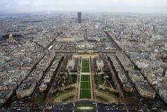 Mening van het hoogste niveau van de Toren van Eiffel, onderaan het Champ de Mars, met de Reis Montparnasse in regenachtige dag,  Royalty-vrije Stock Afbeeldingen