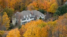 Mening van het huis met bergmeningen De herfst binnen stock foto's