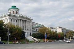 Mening van het huis van Pashkov in Moskou en de bibliotheek van Lenin Stock Foto's