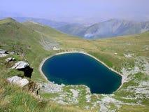 Mening van het ijzige meer in nationaal park Pelister in Macedonië Stock Foto