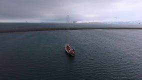 Mening van het jacht in de Antarctische wateren Andreev stock footage