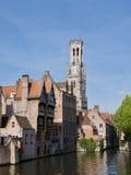 Mening van het kanaal van de Klokketoren, Brugge, België Stock Foto