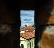 Mening van het kasteel naar de middeleeuwse stad Stock Foto