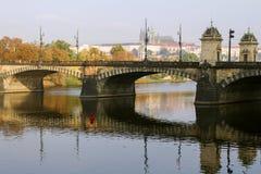Mening van het Kasteel van Praag en de brug op de Vltava-Rivier in een nevelige de herfstochtend praag Tsjechische Republiek Royalty-vrije Stock Afbeeldingen