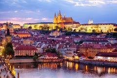 Mening van het kasteel van Praag en oude stad stock foto's