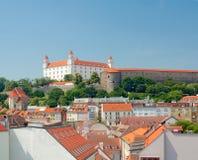 Mening van het Kasteel van Bratislava en de oude stad Stock Foto's