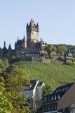 Mening van het Kasteel van Cochem, Duitsland Het is het grootste heuvel-kasteel op de rivier van Moezel Stock Afbeeldingen