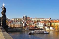 Mening van het kasteel van Praag en de Vltava-rivier met toeristenboten die, Tsjechische republiek drijven Stock Foto's