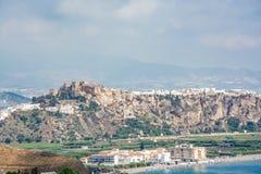 Mening van het kasteel van Salobrena Castillo DE Salobreña op een heuvel en een kust van Costa Tropical royalty-vrije stock afbeelding