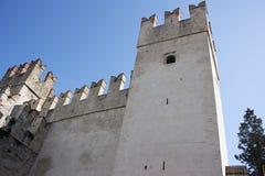 Mening van het kasteel van Sirmione op Meer Garda royalty-vrije stock fotografie