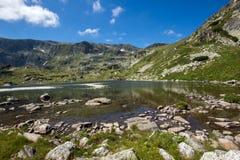 Mening van het Klavermeer, Rila-Berg, de Zeven Rila-Meren, Bulgarije Royalty-vrije Stock Foto's
