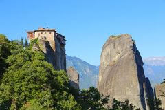 Mening van het klooster Meteora die op de rots wordt gevestigd Stock Foto