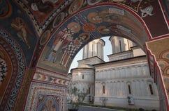 Mening van het Klooster van Radu Voda van de Torenklok Royalty-vrije Stock Afbeeldingen