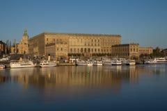 Mening van het Koninklijke Paleis van Stockholm, Zweden met de Grote Kerk Stock Foto