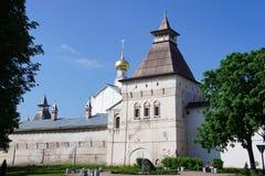 Mening van het Kremlin in de provinciale stad van Yaroslavl stock afbeelding