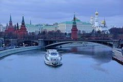 Mening van het Kremlin in de schemering moskou stock foto's